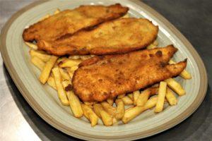 Pollo empanado con patatas